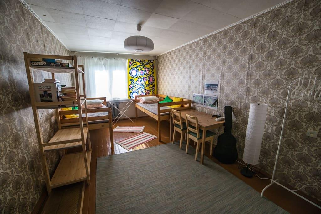 Большая комната с кроватями-чердаками (вид от входа)