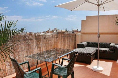 Beautiful attic apartment with 20 m2 large terrace with spectacular views of the city of Barcelona with its famous skyline. It has a living room, kitchen and bathroom. Excelent located and comunicated.