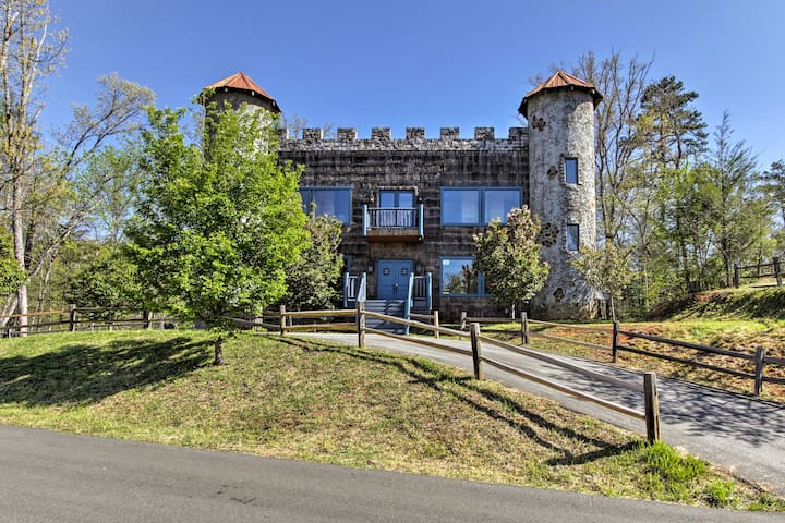 Castle in the Smokies: Mtn View & Private Hot Tub!