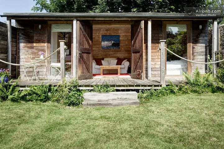 Cosy wood cabin with glamping tent