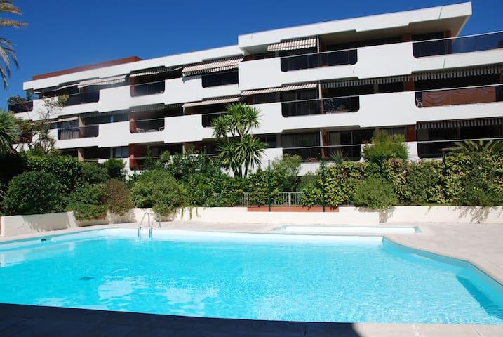 Piscine jardin a 2 mn des plages appartements louer for Piscine 2 alpes