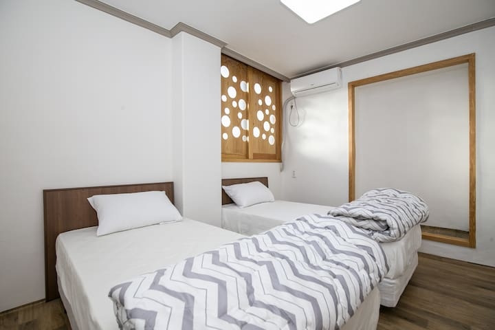 2인실 침대방_room with 2beds - Jungang-ro 48beon-gil, Seogwipo-si - Bed & Breakfast
