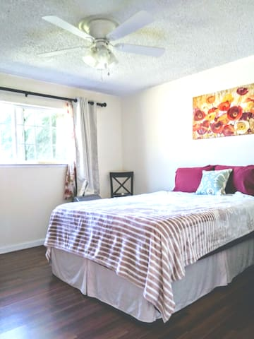 Private room/bath in Clovis near Fresno Airport, Fresno State, Community Hospitals, St. Agnes, Kaiser. Yosemite National Park is 1.5 hrs away.