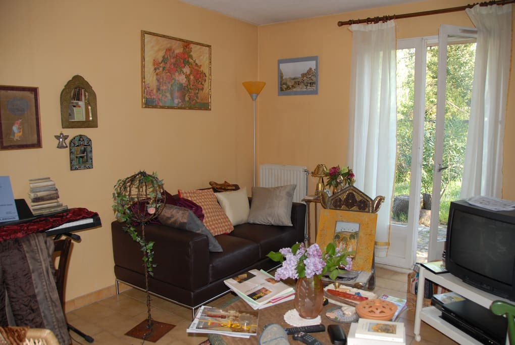 Le piano à gauche, le jardin derrière la vitre, les livres au milieu !