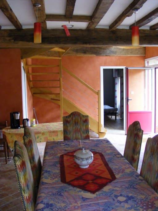 La salle à manger aux tons ocres et ses tomettes d'autrefois.
