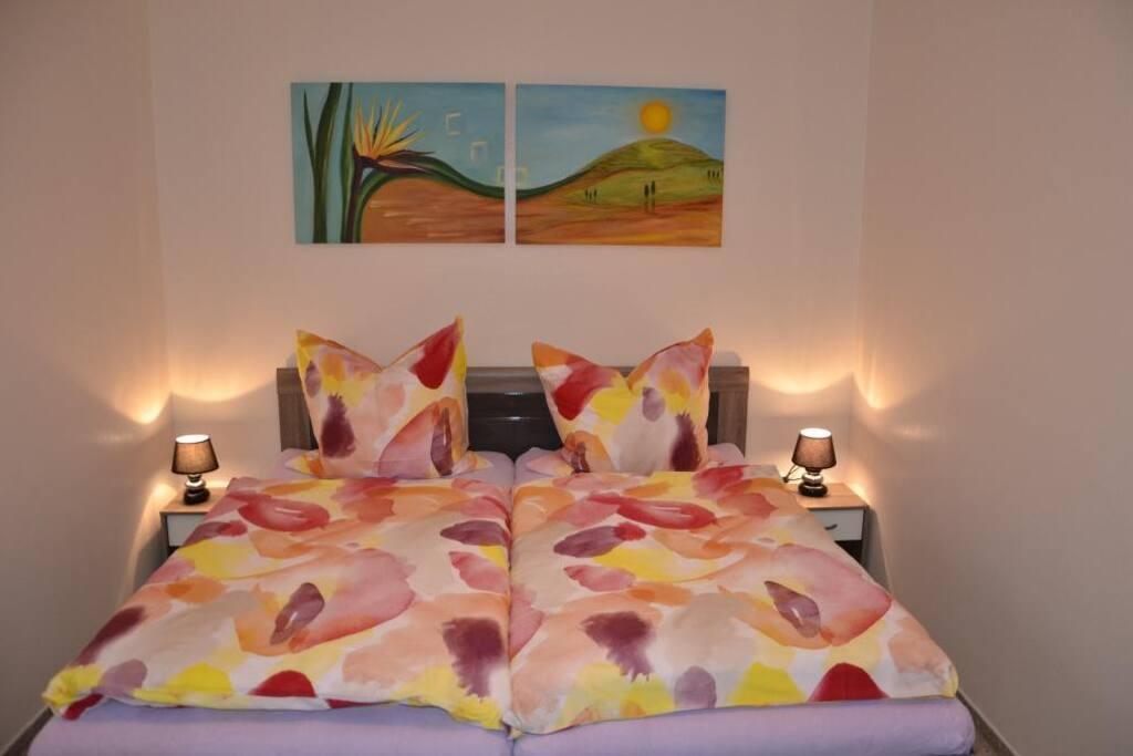 Gemütliches Doppelbett mit hochwertigen Matratzen