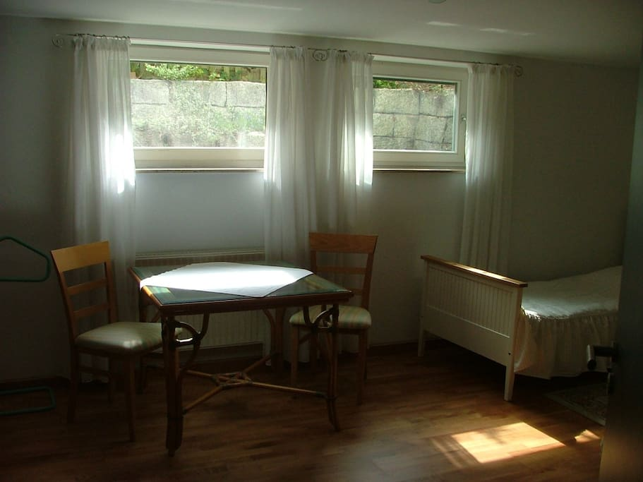 Großer Esstisch am Fenster