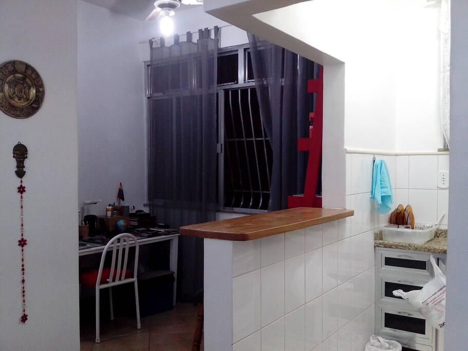 varanda embutida, com mesa e estante.