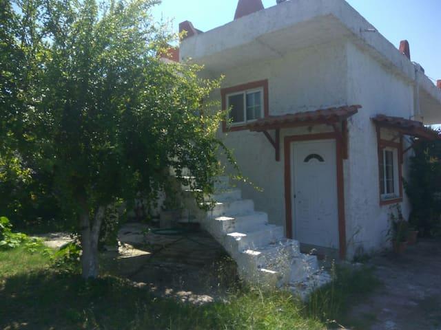 Δύπατo studio, επιπλωμένo με κήπο και parking