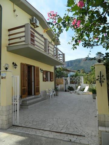 Casa vacanza silvana su 2 piani ville in affitto a for Piani casa 2 letti