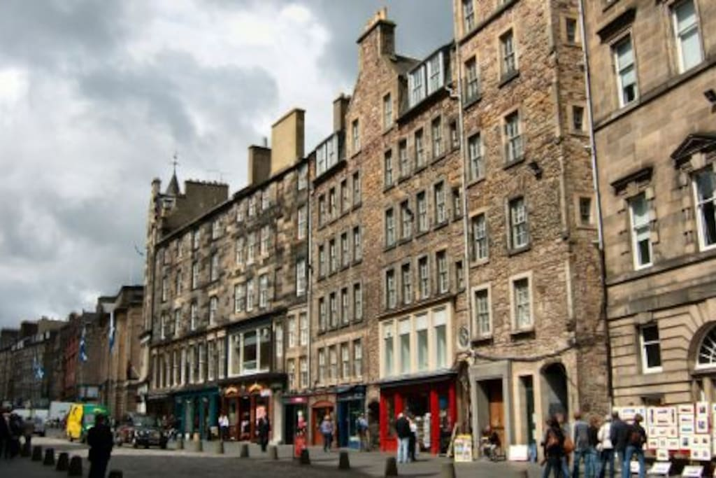 Advocates Close Building In the heart of old town Edinburgh on Royal Mile