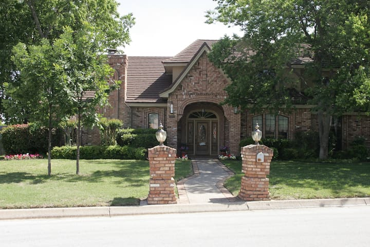 Centrally located in DFW area! (D1) - Hurst - House