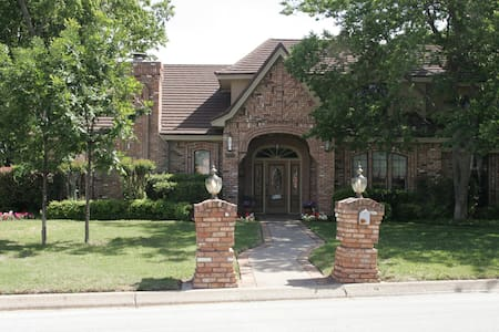 Centrally located in DFW area! (U2) - Хёрст - Дом