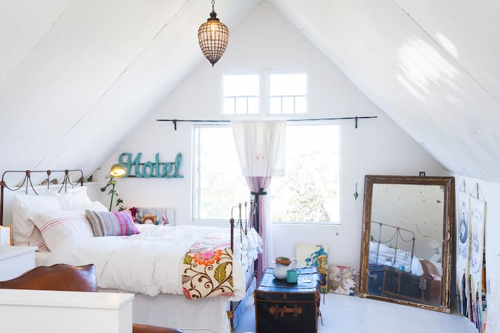 The upstairs has 2 bedrooms, a master bedroom with a queen bed and napping nook in the alcove. From the bed you have sunrise views out to the Bay and the Berkeley hills. There is also an attic bedroom across the landing that sleeps two more people.