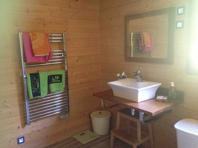 Maison en bois conviviale et chaleureuse.