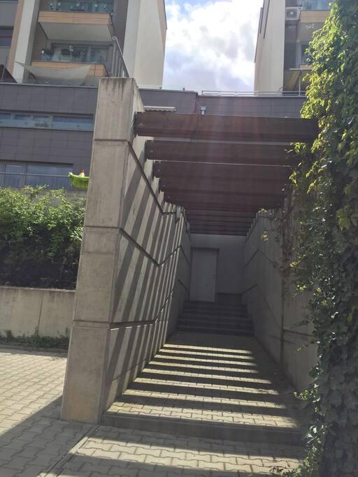 Vchod z ulice Chlupáčová 8,přímo do garáže a do výtahu!