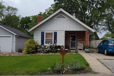 Cozy Bungalow Minutes from Airport (entire house)