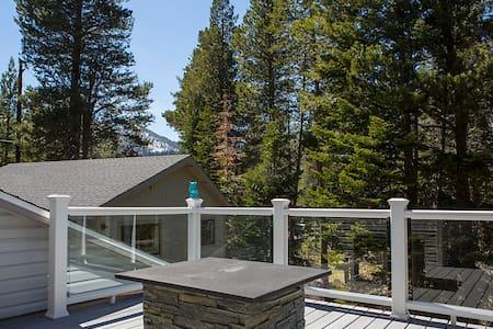 3B+Loft Home w/3 Decks and Hot Tub