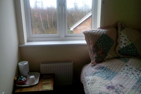 Small room to rent with breakfast, - Portishead