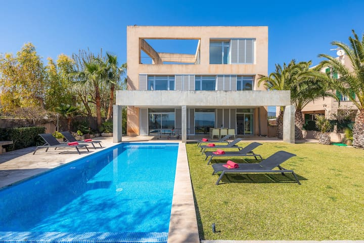 Fantastic Property with Access to the Beach, Pool, Wi-Fi, Rooftop Terrace and Balcony; Parking Available