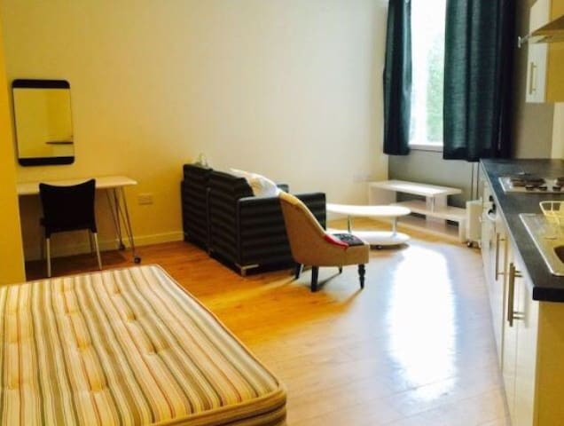 Studio Apartment with Double Bed close to t/c