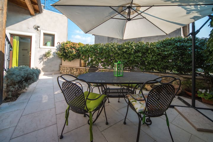 NICE HOME WITH PRIVATE GARDEN NEAR GARDA LAKE - Caprino veronese - Daire