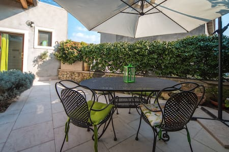 NICE HOME WITH PRIVATE GARDEN NEAR GARDA LAKE - Wohnung
