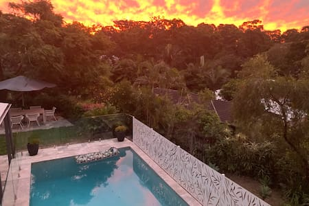 Charming QLD cottage: beach 5 mins & heated pool!