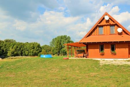 Drevený dom pri horách a aquaparku. - Malatíny