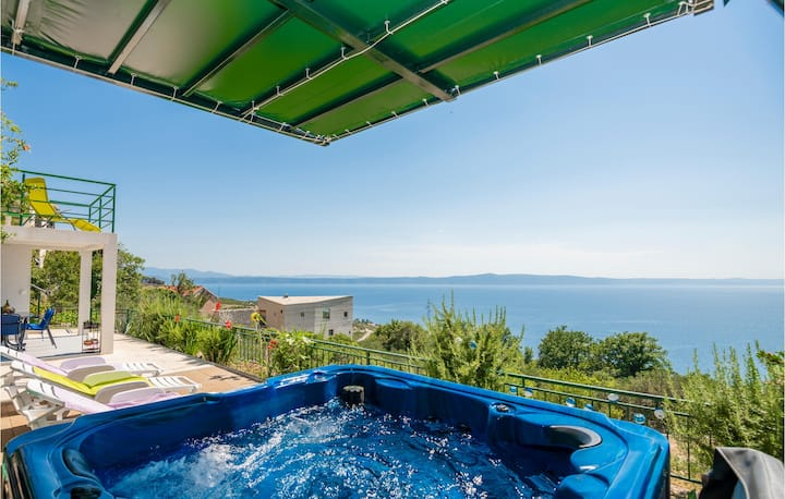 Beautiful home in Podgora with Jacuzzi, WiFi and 3 Bedrooms