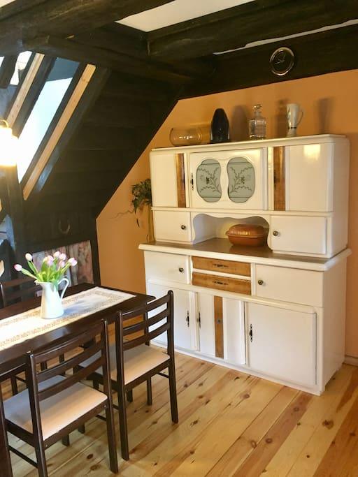 Urige Küche mit kleinem Esstisch