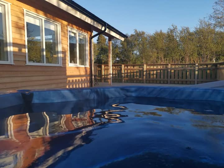 New and cozy 3 bedroom Cottage with hot tub