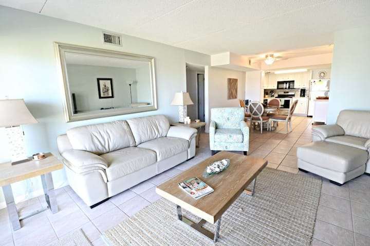 Tradewinds 61-Beautifully Renovated Convenient Ground Floor Unit, Walk Right to the Beach or Pool!