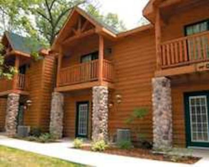 Comfortable Villa Across From Starved Rock