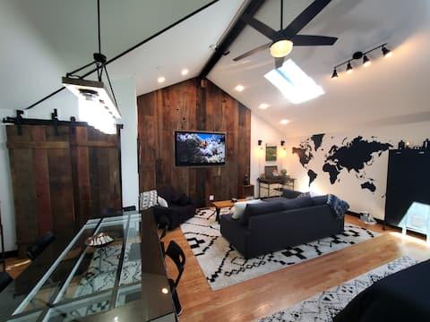 Stylish Coachhouse in lovely Oak Park!