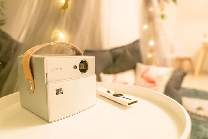 便携式投影仪,可以随意移动,亦可以切换成蓝牙音箱。The projector, you can easily move it to the bedroom, or use it as a bluetooth speaker.
