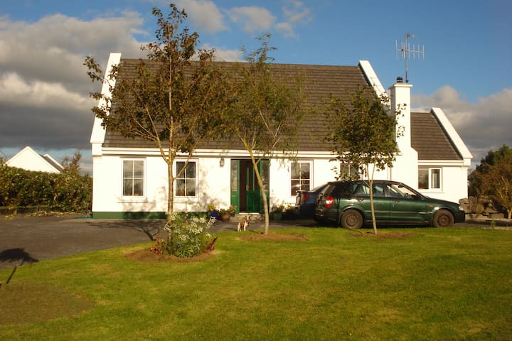 Family home with sunsets near Galway Bay. - Kilcolgan village - บ้าน