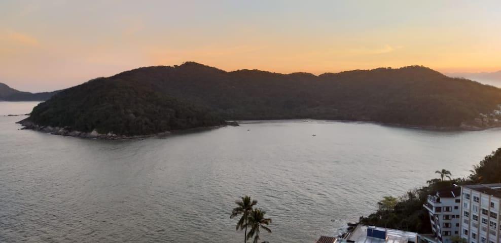 """Vista da  praia de Paranapuã, conhecida como """"Praia das Vacas"""",localizada na saída da Baía de São Vicente."""
