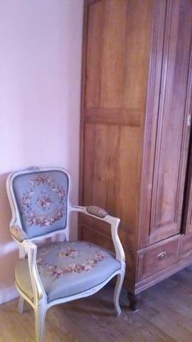 Chambre lumineuse à  l'ancienne .