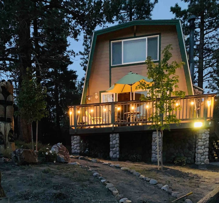 Cozy, woodsy cabin. Close to slopes, food & fun!