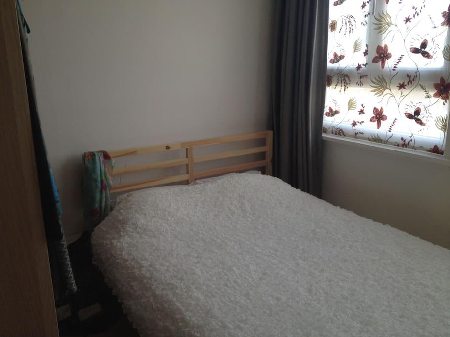 Tweepersoonsbed, uitstekende matras. geen straatgeluiden.