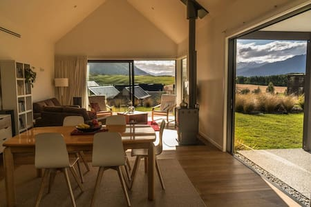 Views, Style and Comfort-  all yours to enjoy - Queenstown