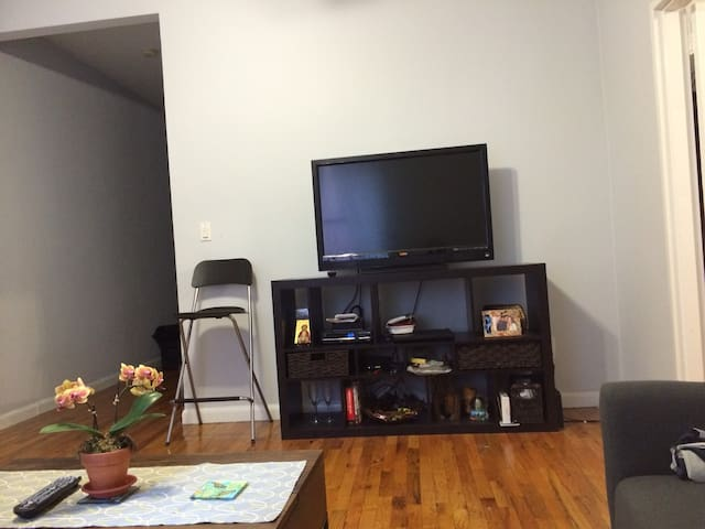 HDTV with cable subscription and wireless internet