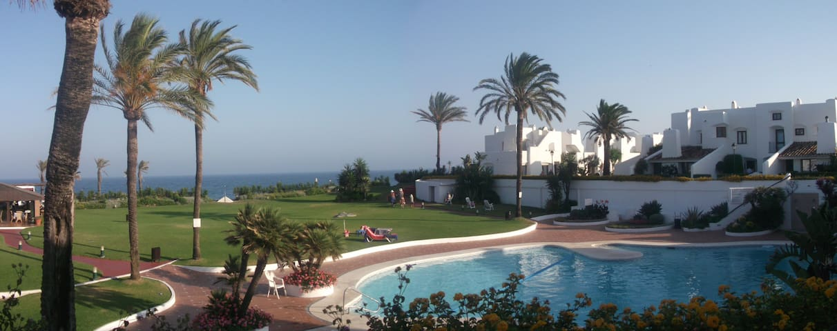 Andalucian beachside townhouse - Estepona - Hus