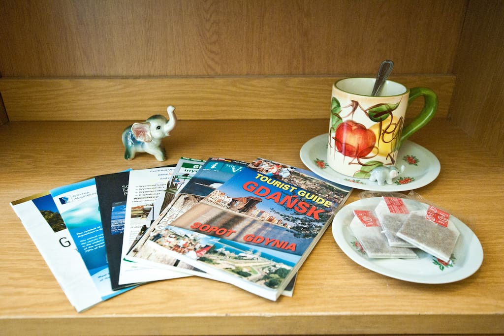 Maps, guides, flyers we give + tea and coffee