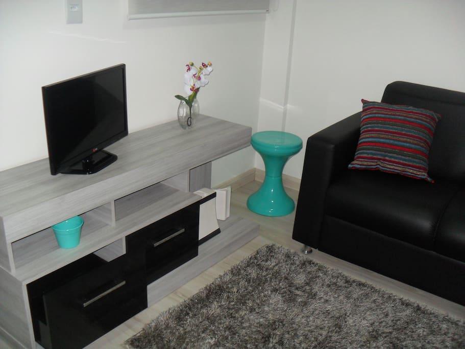 Estar: hack com TV e sofá