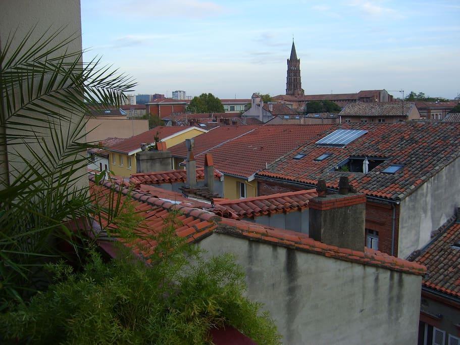 balcon avec vue sur les toits et clochers de Toulouse