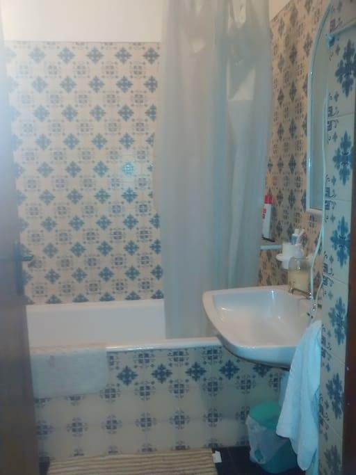 El baño tiene bañera y muy buena presión de água.