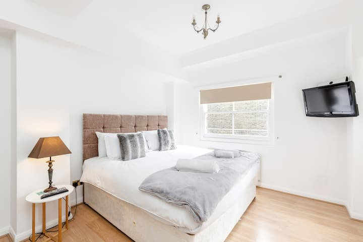 Professionally cleaned Cosy 2 bed, 2 bath w/patio on Kings road Chelsea
