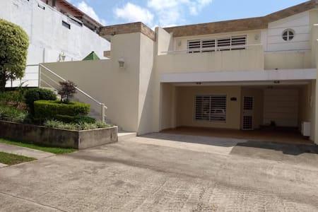Bella casa en Villa Roca